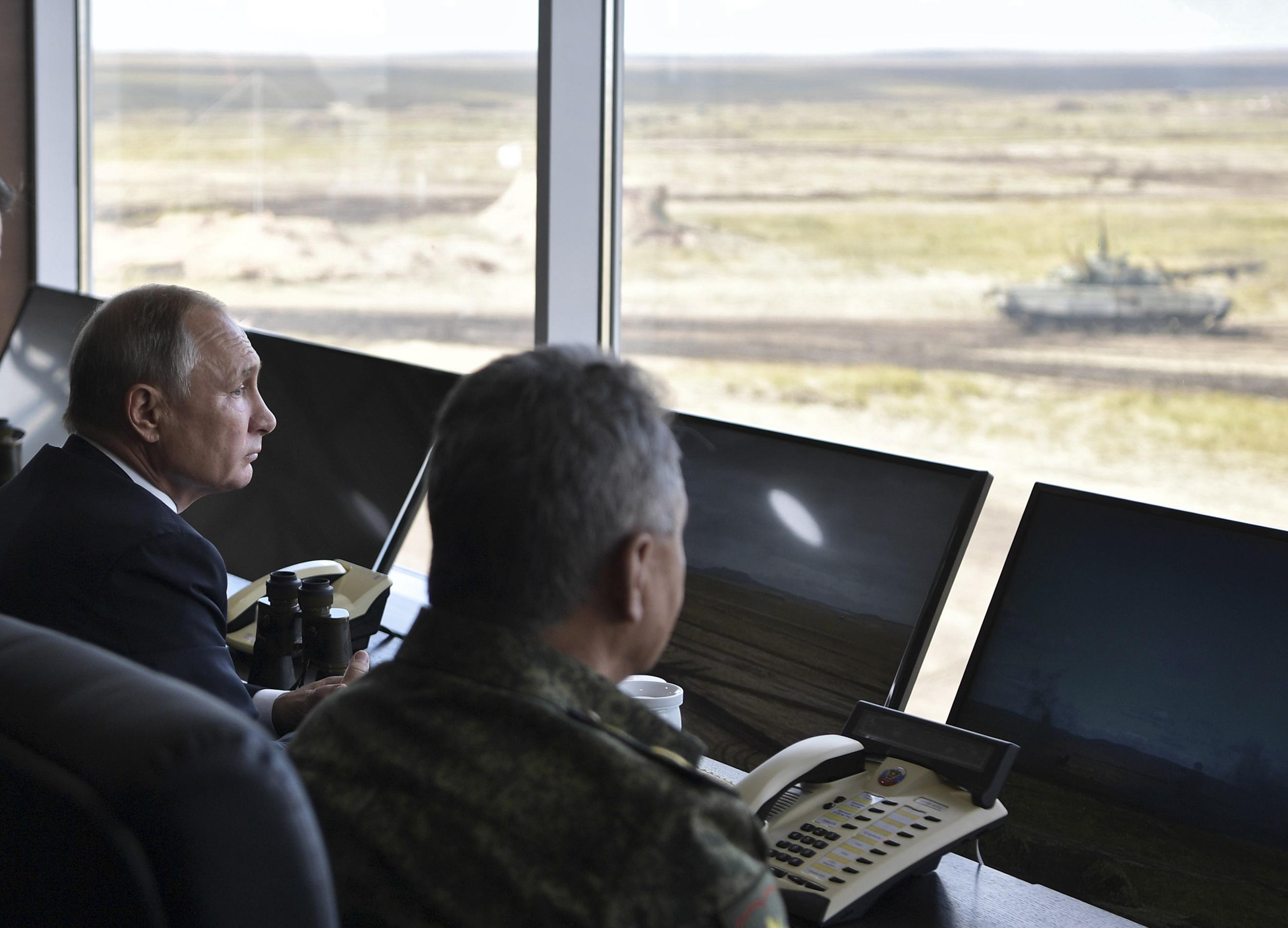 الرئيس الروسى فلاديمير بوتين يتفقد المناورات العسكرية