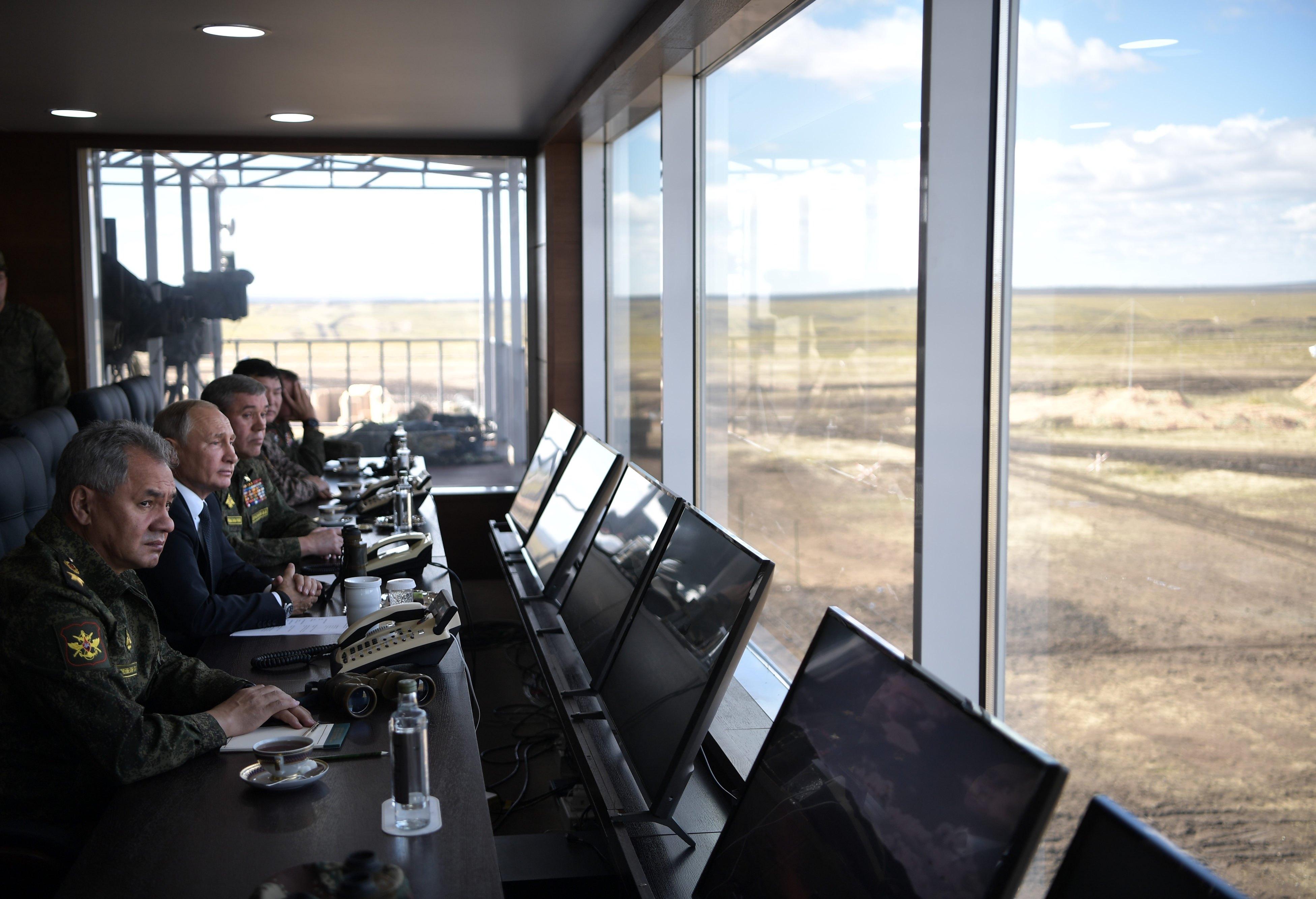 بوتين والقيادات العسكرية الروسية فى غرفة العمليات