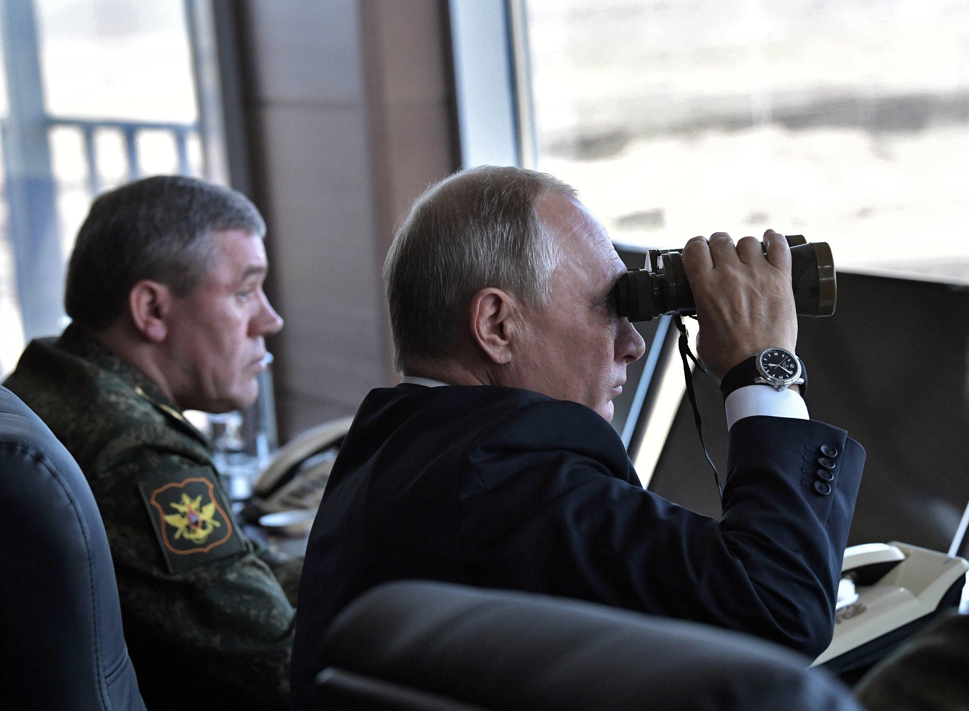 الرئيس الروسى يتابع المناورة العسكرية من غرفة العمليات