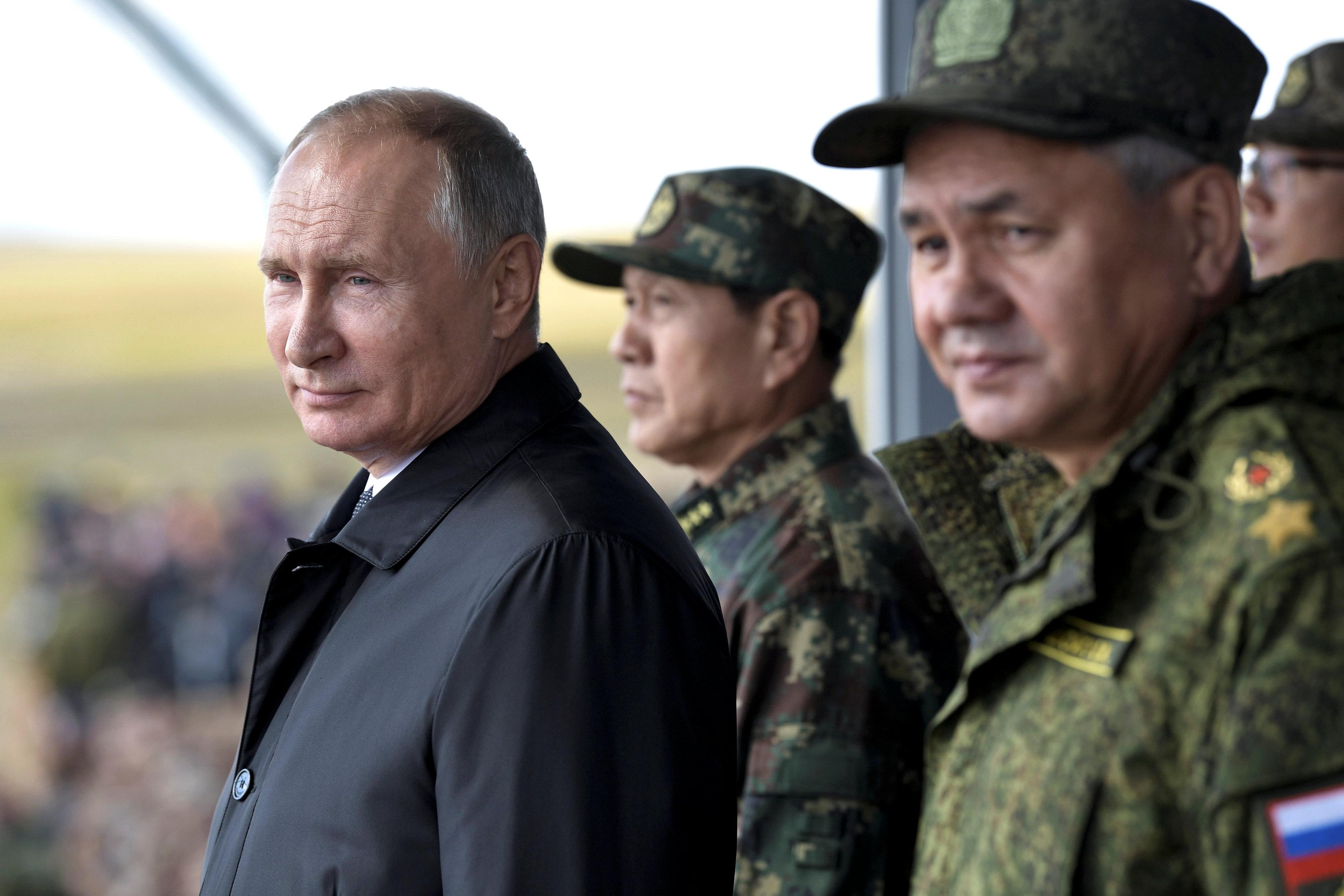 الرئيس الروسى وسط القيادات العسكرية فى بلاده