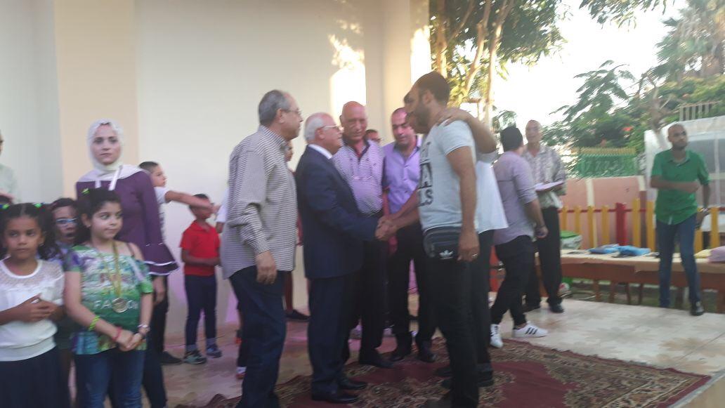 محافظة بورسعيد يصافح بعض منظمى المبادرة