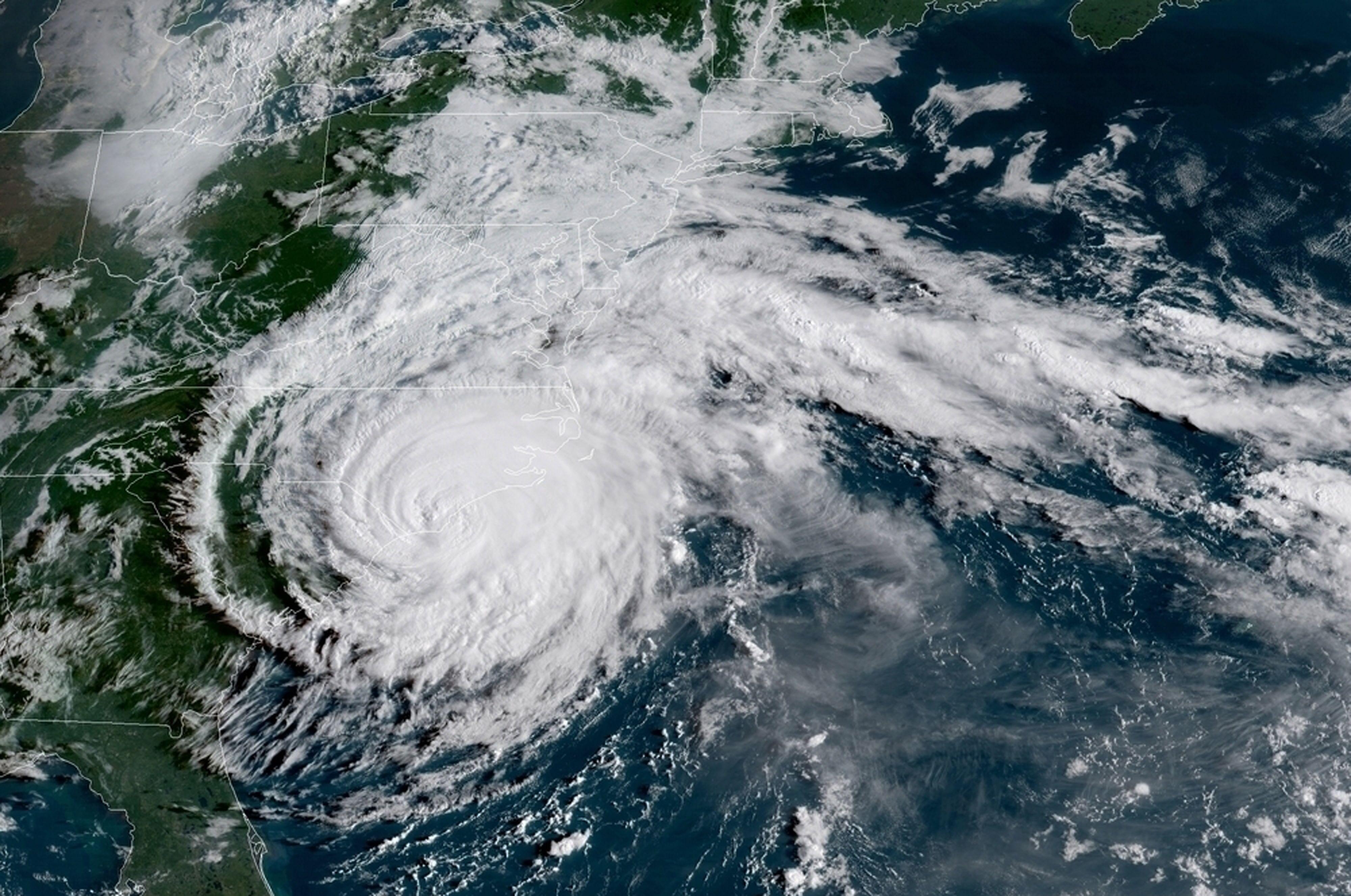الإعصار من صورة عبر الستالايت بعدما وصل الولايات الساحلية