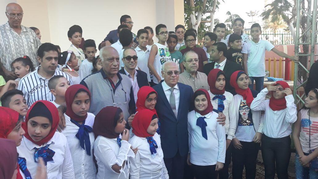 محافظ بورسعيد يتوسط الأطفال