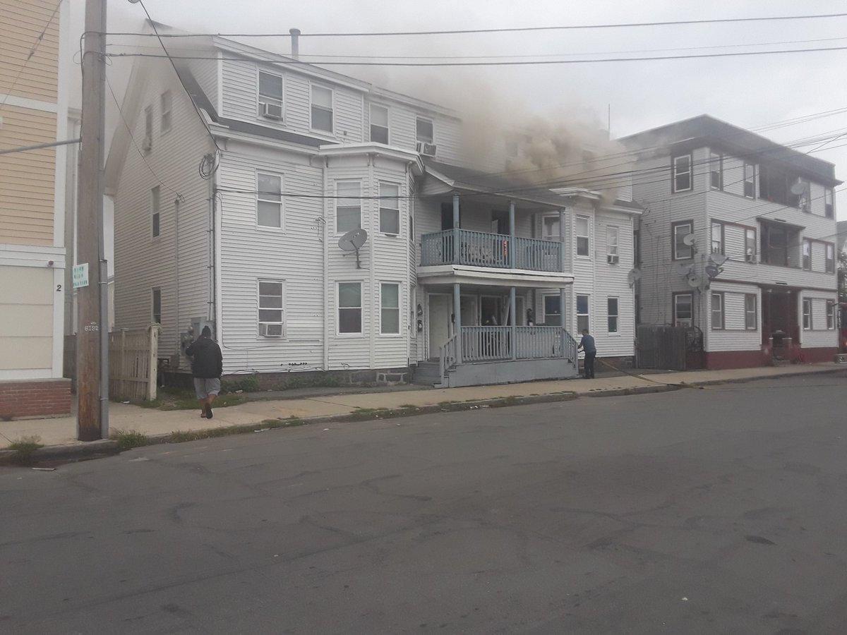 الأدخنة تتصاعد من أحد المنازل