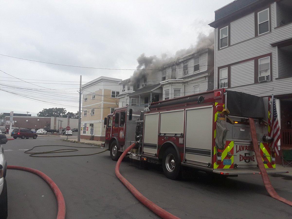 سيارة إطفاء تشارك فى السيطرة على الحرائق