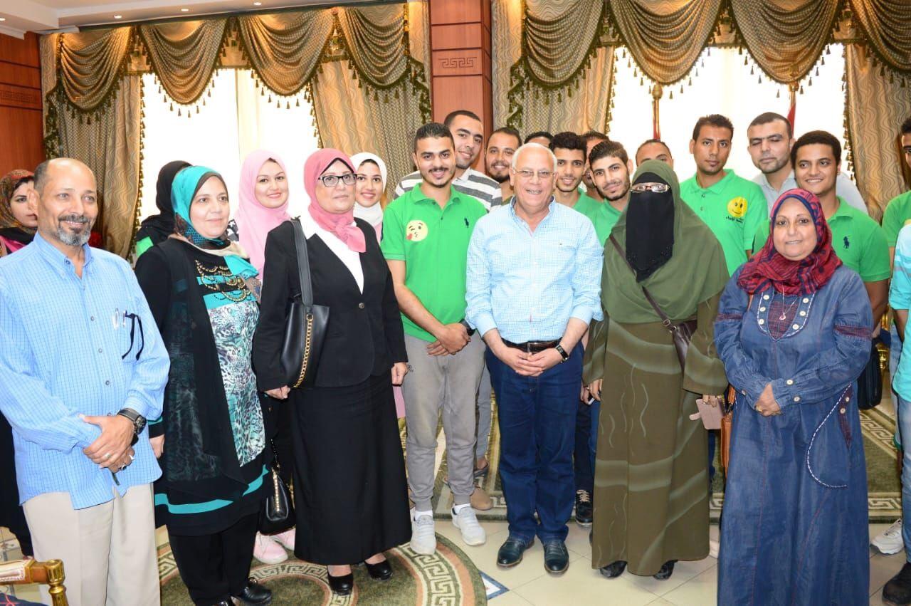محافظ بورسعيد مع بعض مسئولى المبادرة