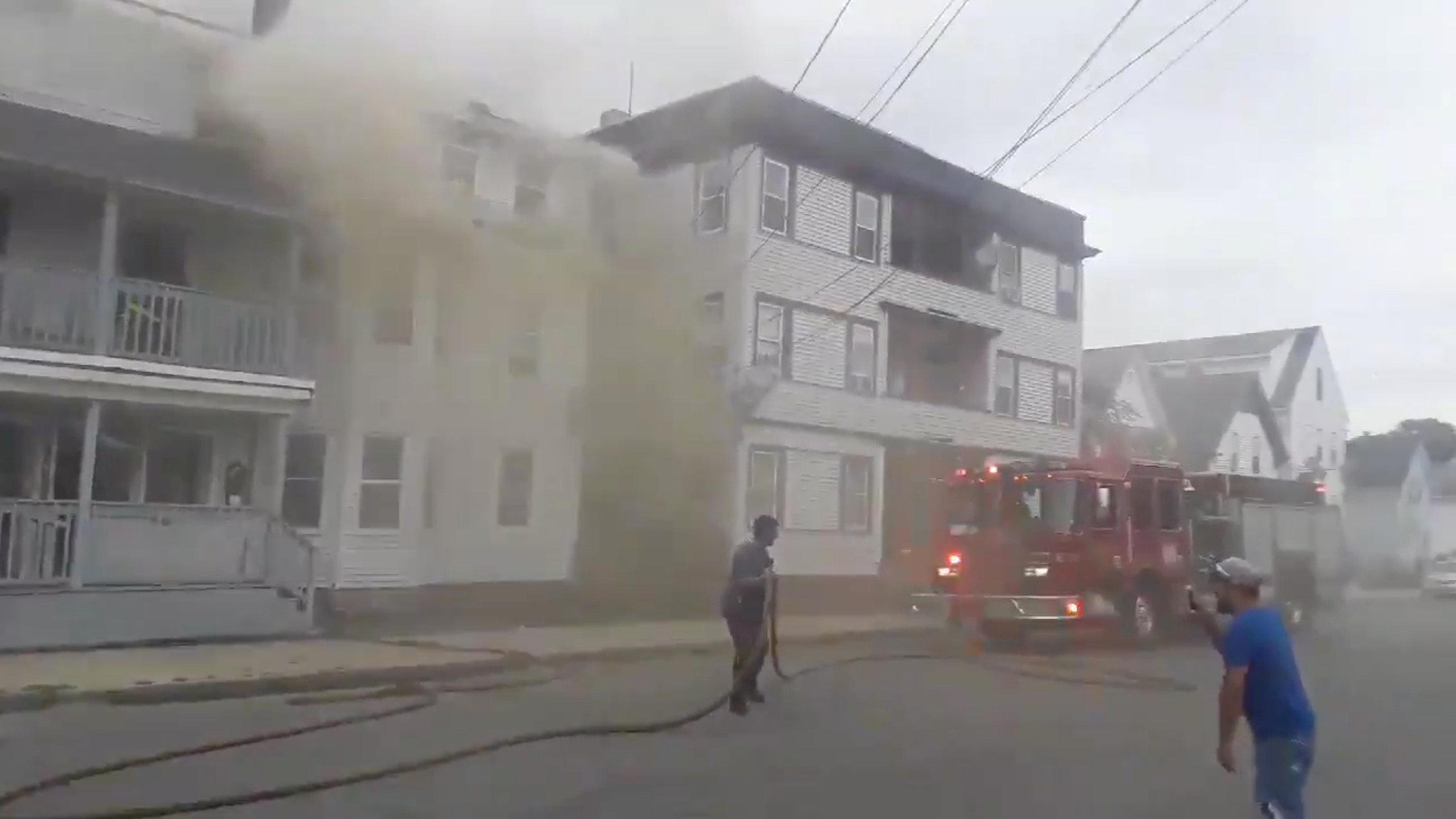 رجال الإطفاء تسعى للسيطرة على الحرائق