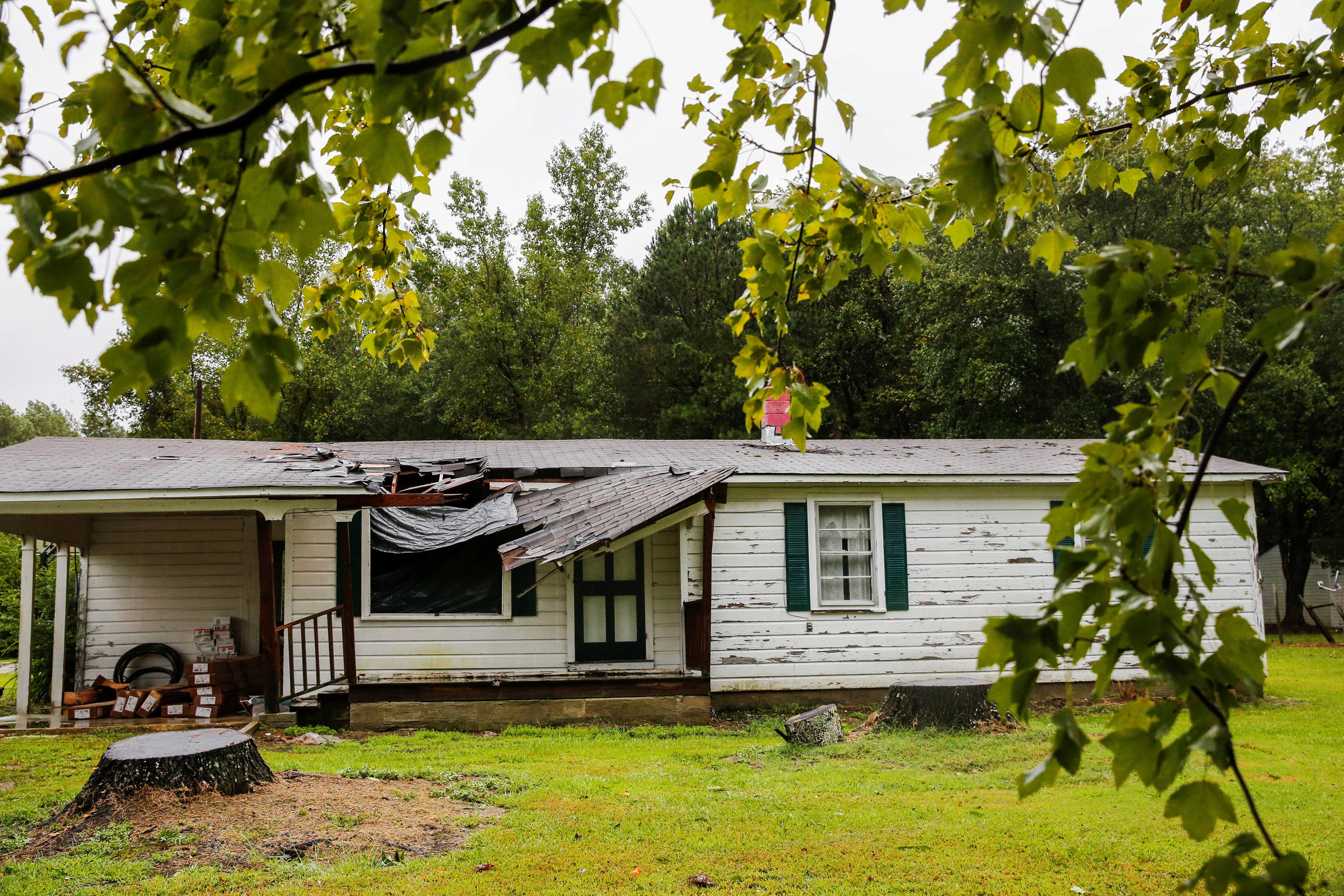 البيوت تحطمت من العواصف بسبب الإعصار