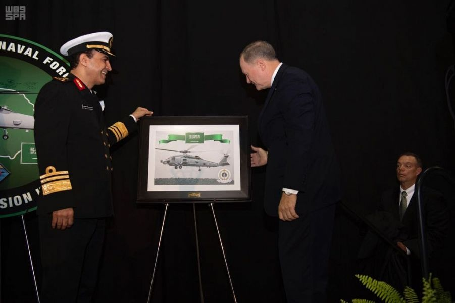 قائد القوات البحرية السعودية يطلع على تصميم الطائرة