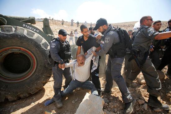 الفلسطينيين تحت جرافات قوات الاحتلال الإسرائيلى