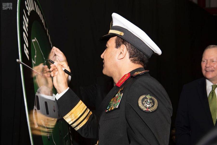 قائد البحرية السعودية يوقع على مشروع الطائرة