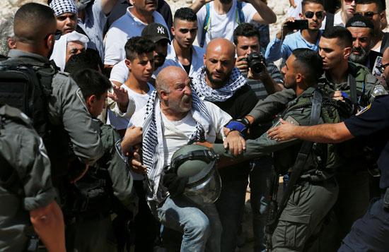 عجوز فلسطينى يصرخ فى وجه الاحتلال