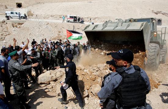 الفلسطينيين أمام قوات الاحتلال الإسرائيلى