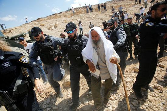 الاحتلال الإسرائيلى يقبض على عجوز فلسطينى