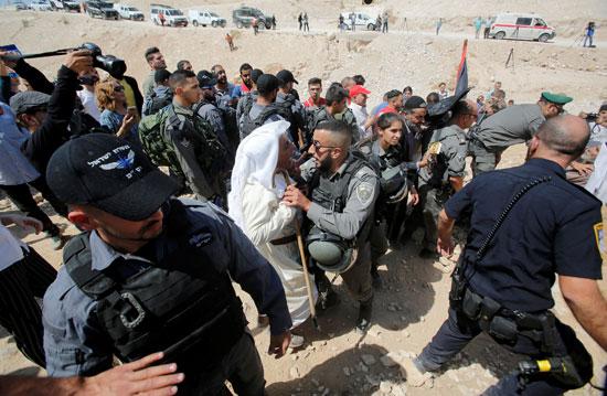 قوات الاحتلال تواجه شيخ فلسطينى