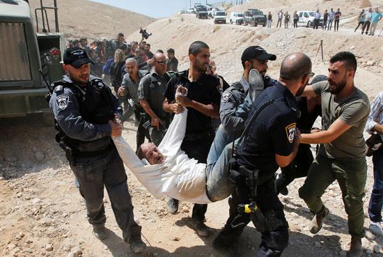 قوات الاحتلال الإسرائيلى تسحل متظاهرين