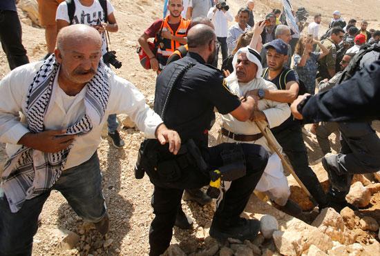 عجوز فلسطينى يواجه جيش الاحتلال