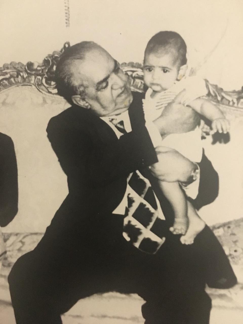 مع حفيده محمد نور عبدالمطلب