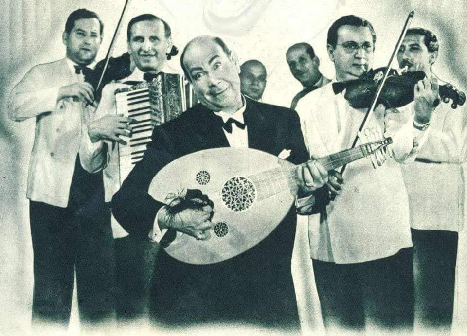 الفنان حسن فايق يعزف على العود
