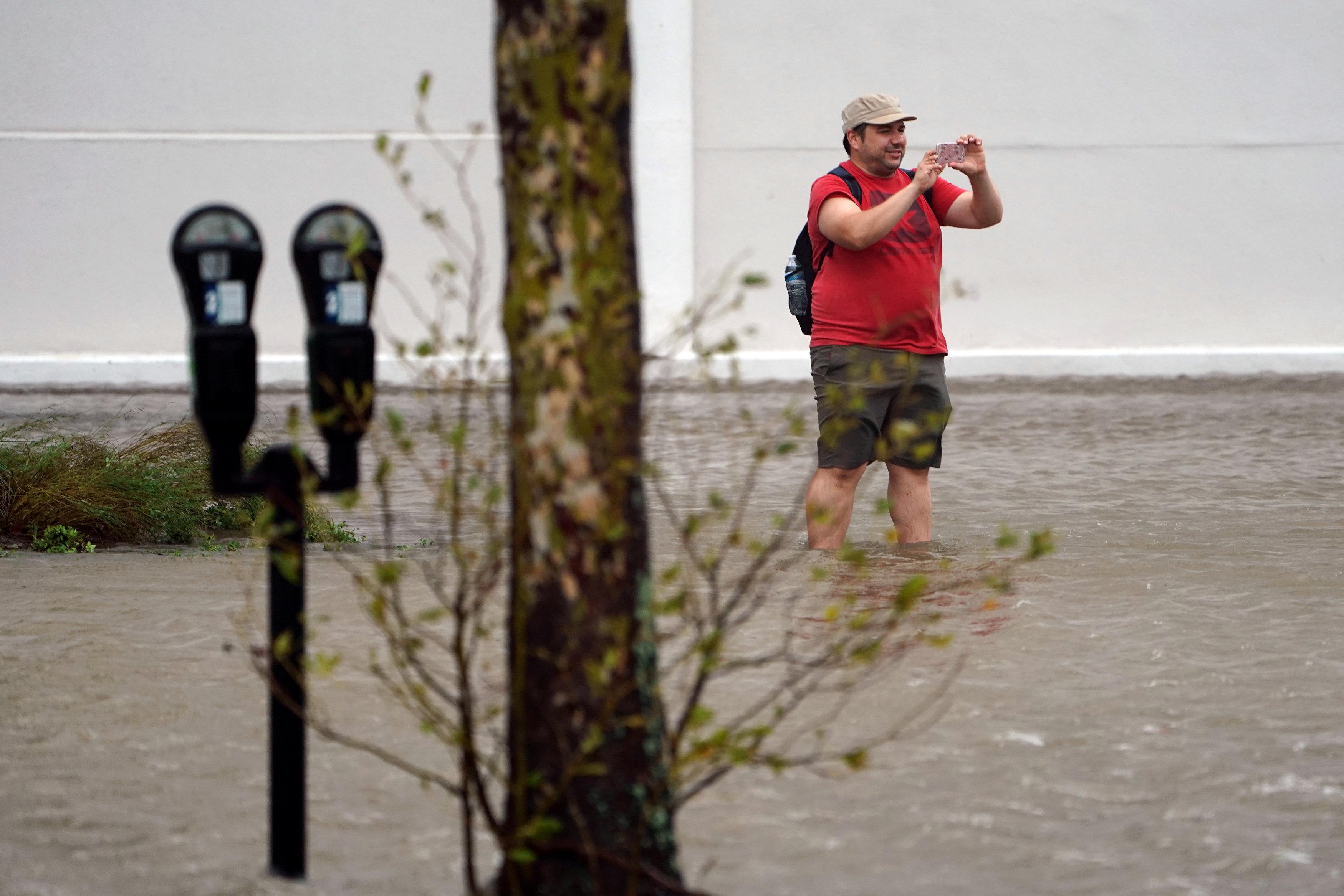 مواطن امريكى يلتقط صورا لعصار فلورنس