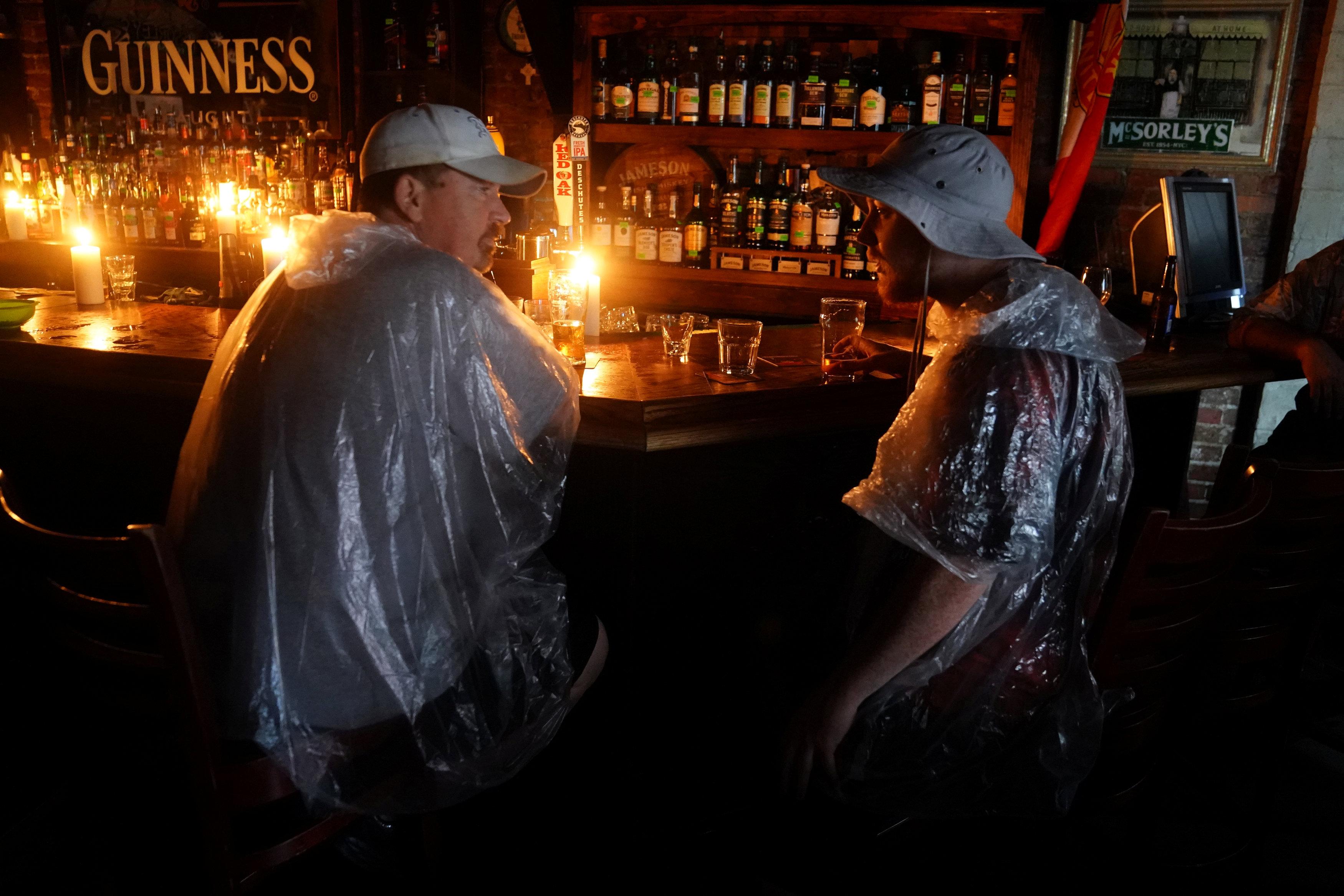 مواطنون يرتدون الاكياس خوفا من مياة الاعصار