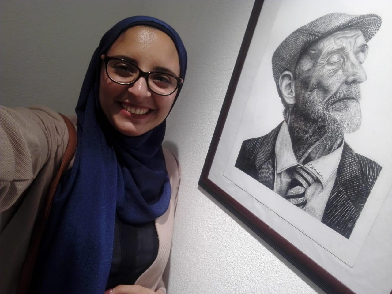 القارئة مع إحدى لوحاتها