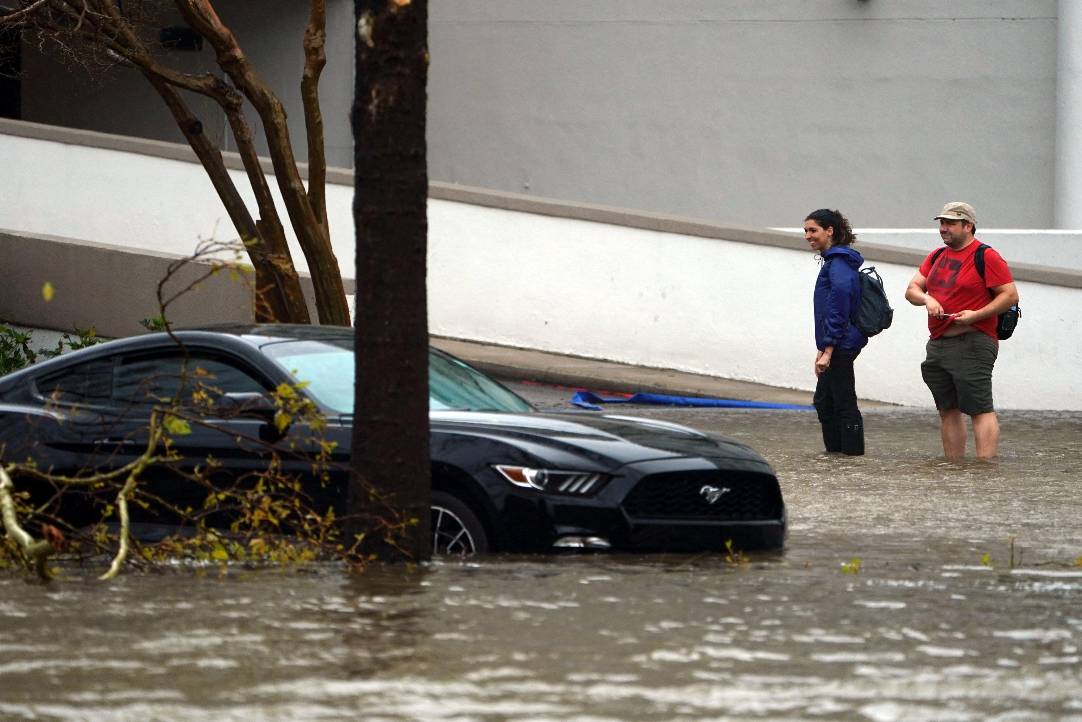 غرق السيارات فى مياة الاعصار