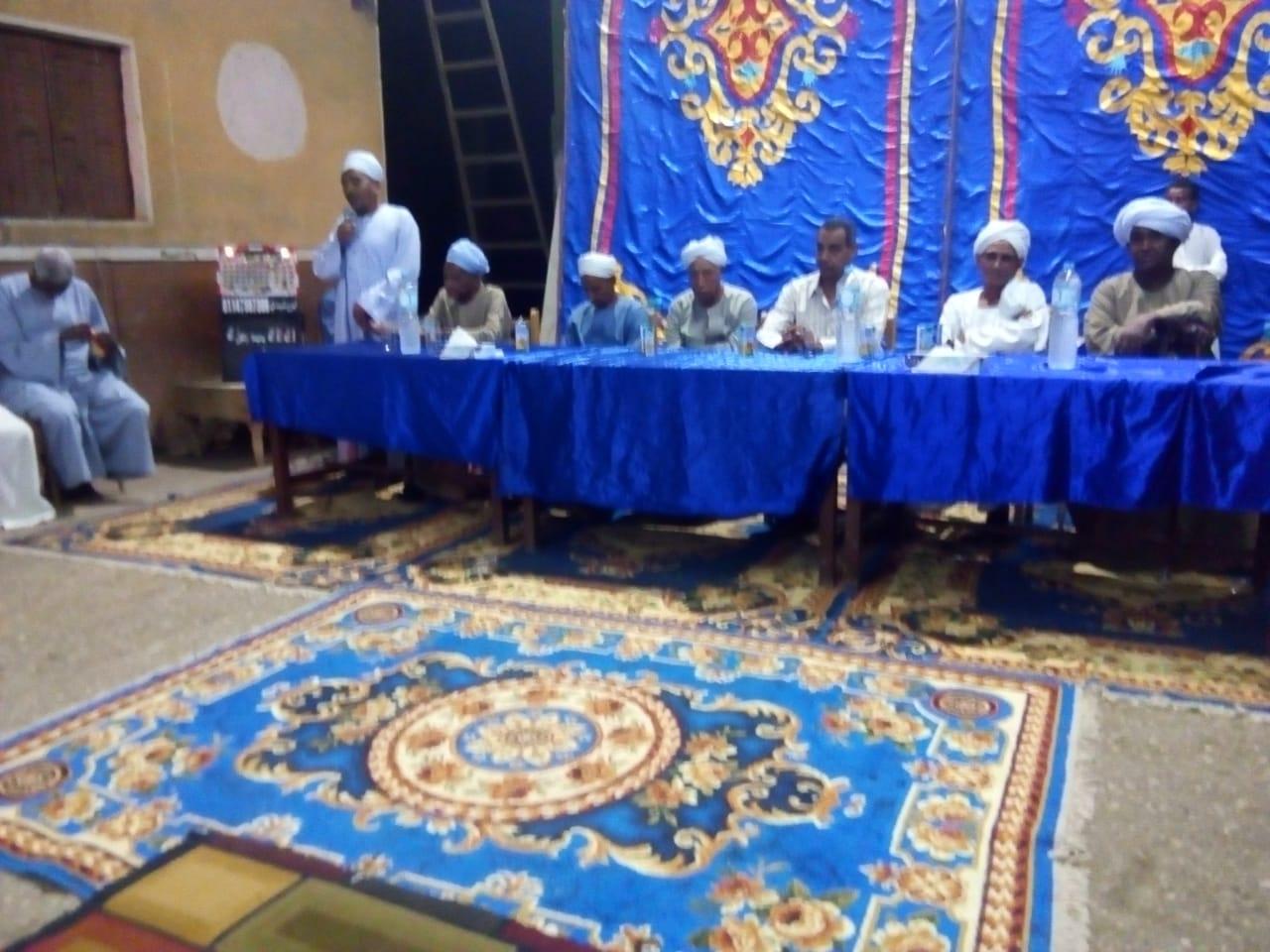 رجال المصالحات ينهون جلسة صلح بين عائلتين بقرية المدامود شمالي الأقصر