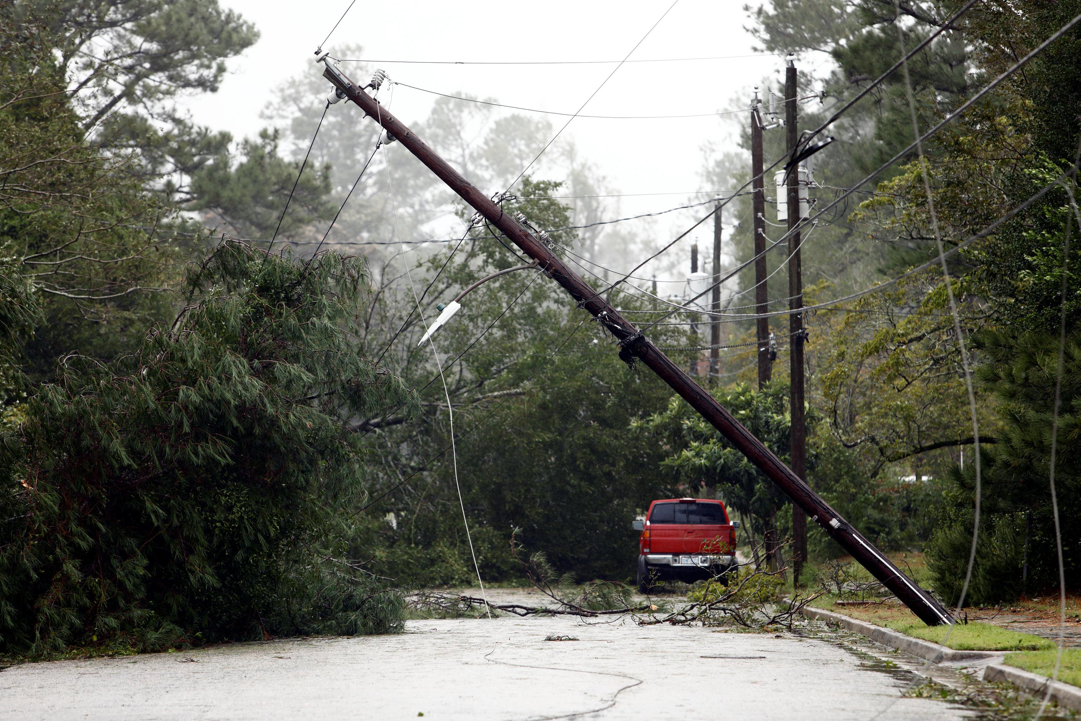 اعمدة الكهرباء تسقط بسبب رياح الاعصار