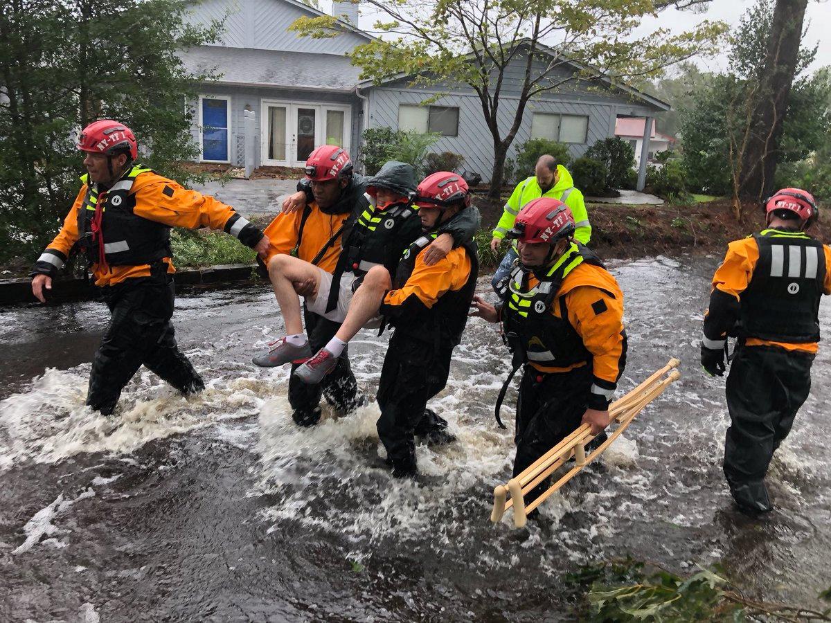 رجال الأنقاذ تنقذ مواطن من اعصتار فلورنس