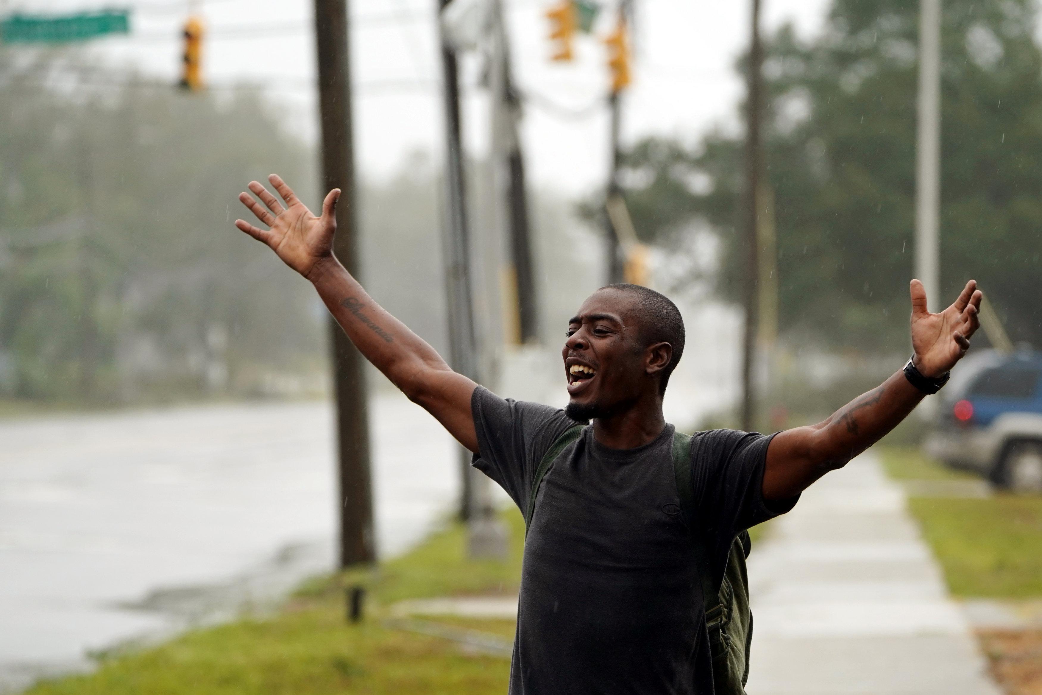 مواطن يرحب بالاعصار