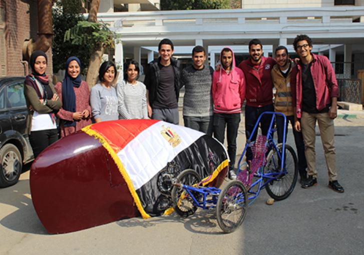 الفريق مع دراجة فائقة السرعة
