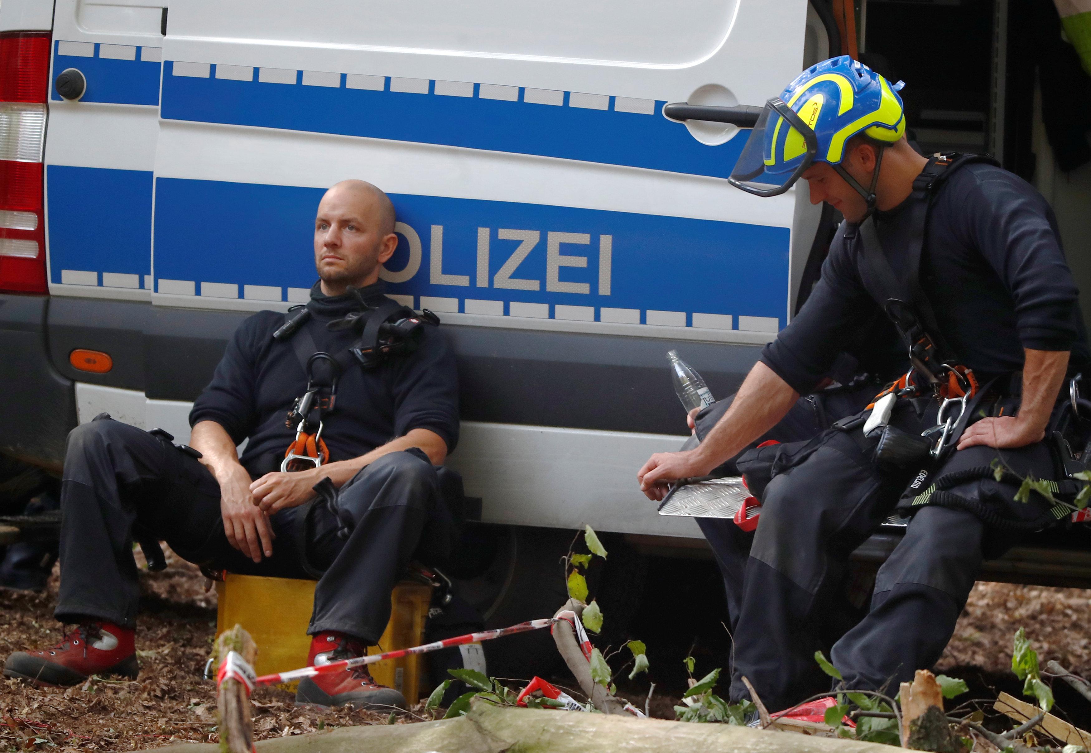 أفراد من الشرطة الألمانية فى لحظة راحة بعد محاولاتهم فض الاحتجاج