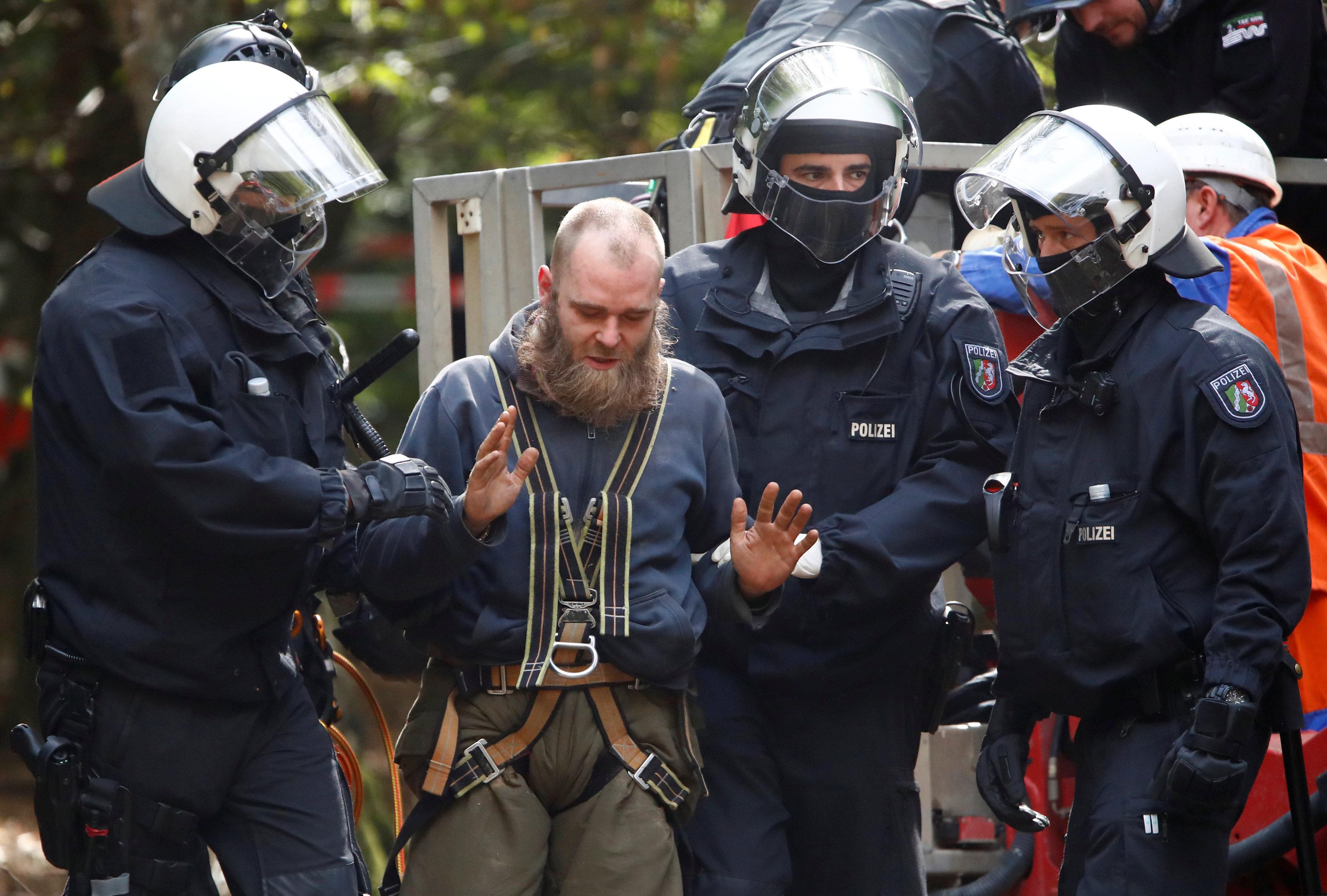 الشرطة تعتقل ناشط