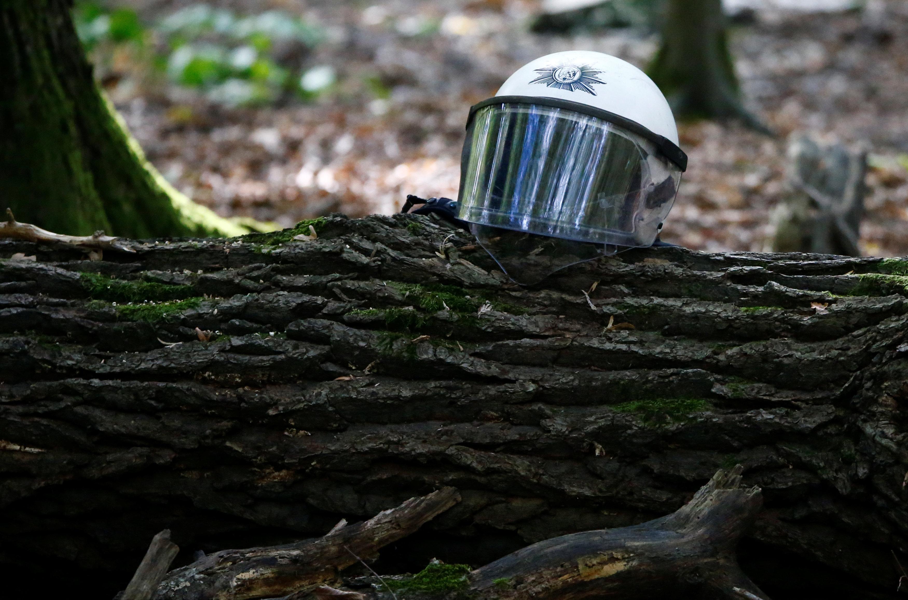 قبعة أحد رجال البوليس الألمانى على أحد أشجار الغابة