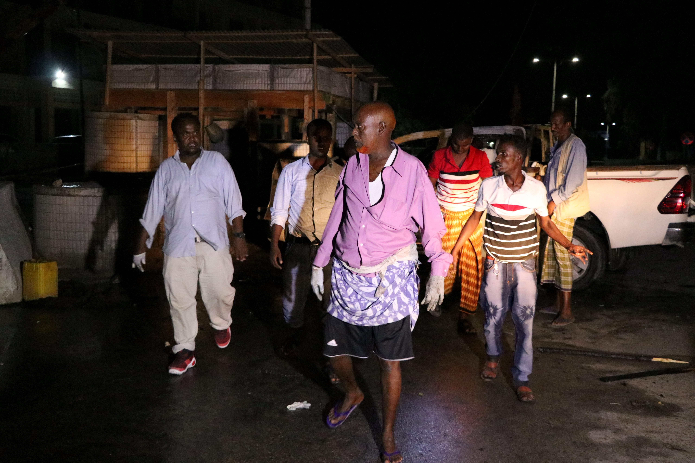 عدد من المواطنين الصوماليين بمحيط الانفجار