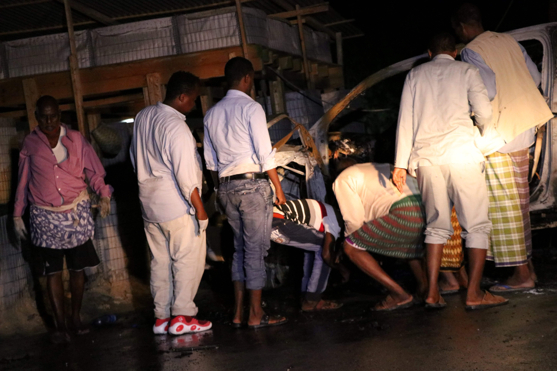 عشرات المواطنين بمحيط الحادث