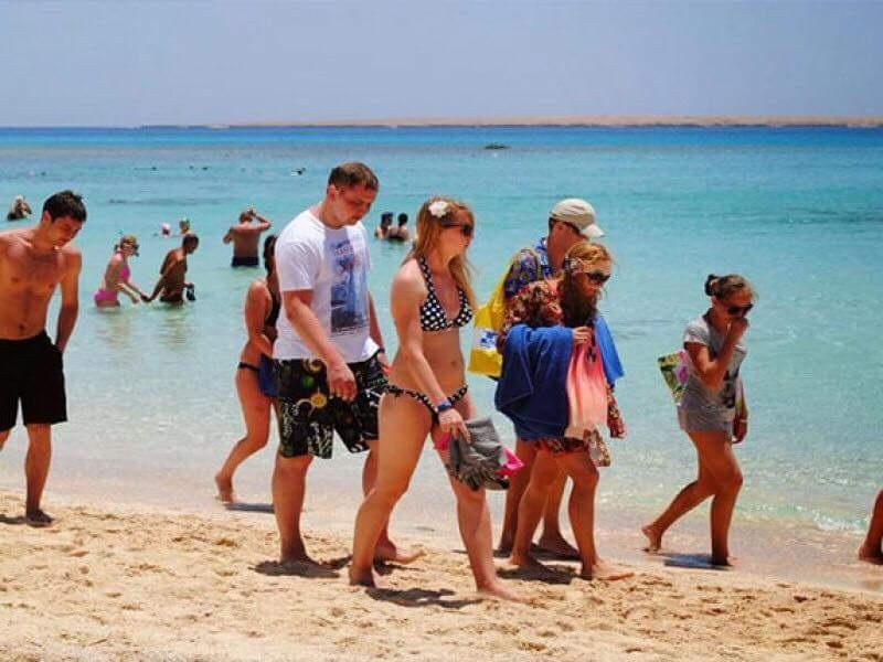 السياح على شواطئ الغردقة