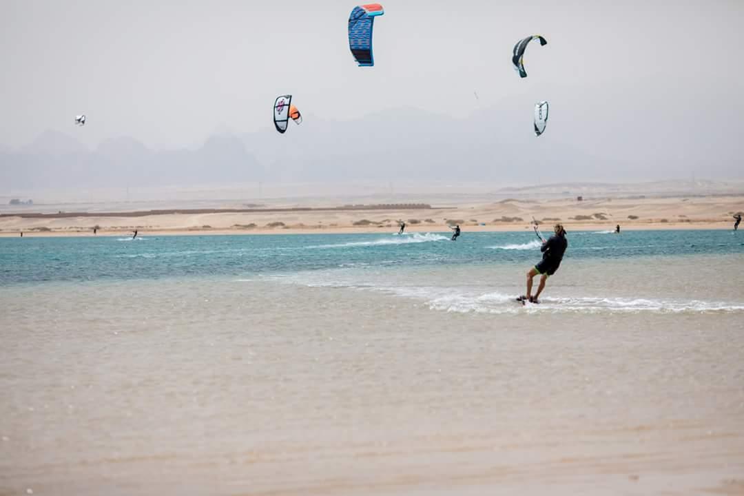 سياح يمارسون رياضة ركوب الأمواج بمكادى