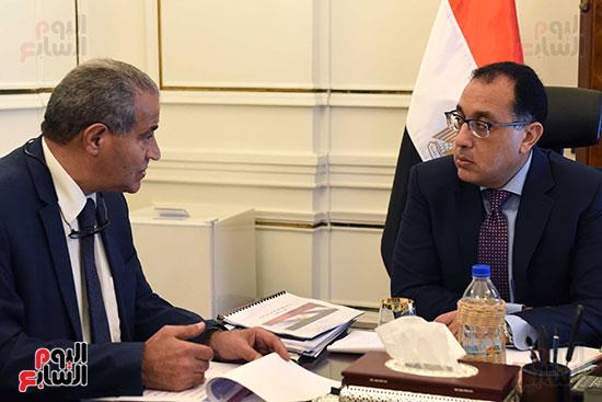 الدكتور مصطفى مدبولى رئيس مجلس الوزراء مع الدكتور علي مصيلحي وزير التموين (4)
