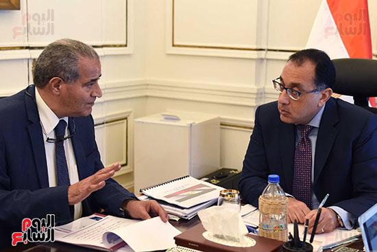 الدكتور مصطفى مدبولى رئيس مجلس الوزراء مع الدكتور علي مصيلحي وزير التموين (3)