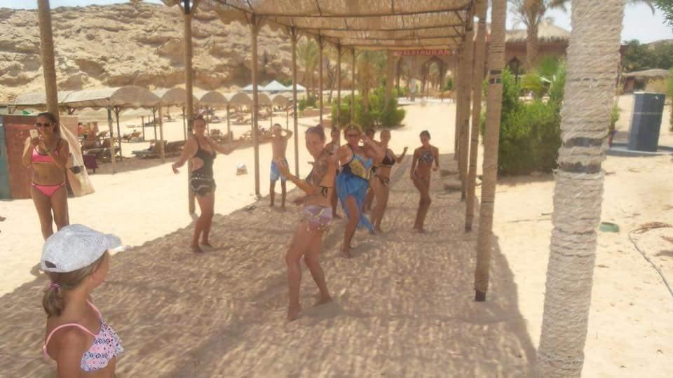 سياح يمارسون تمارين رياضية