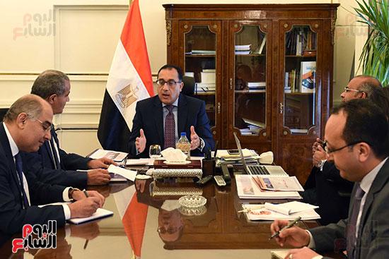 الدكتور مصطفى مدبولى رئيس مجلس الوزراء مع الدكتور علي مصيلحي وزير التموين (1)