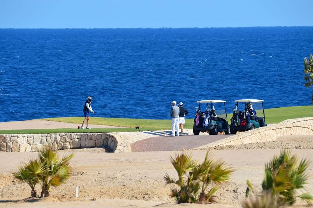 سياح يمارسون رياضة الجولف بخليج سوما باى