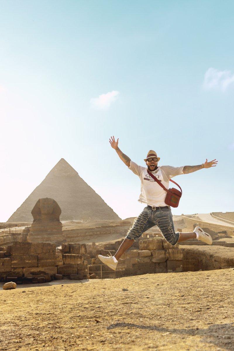 فنان الراب يرقص أمام الأهرامات
