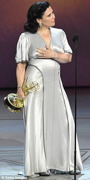 أليكس بورستين  تدري فستان زفافها في حفل جوائز الايمي