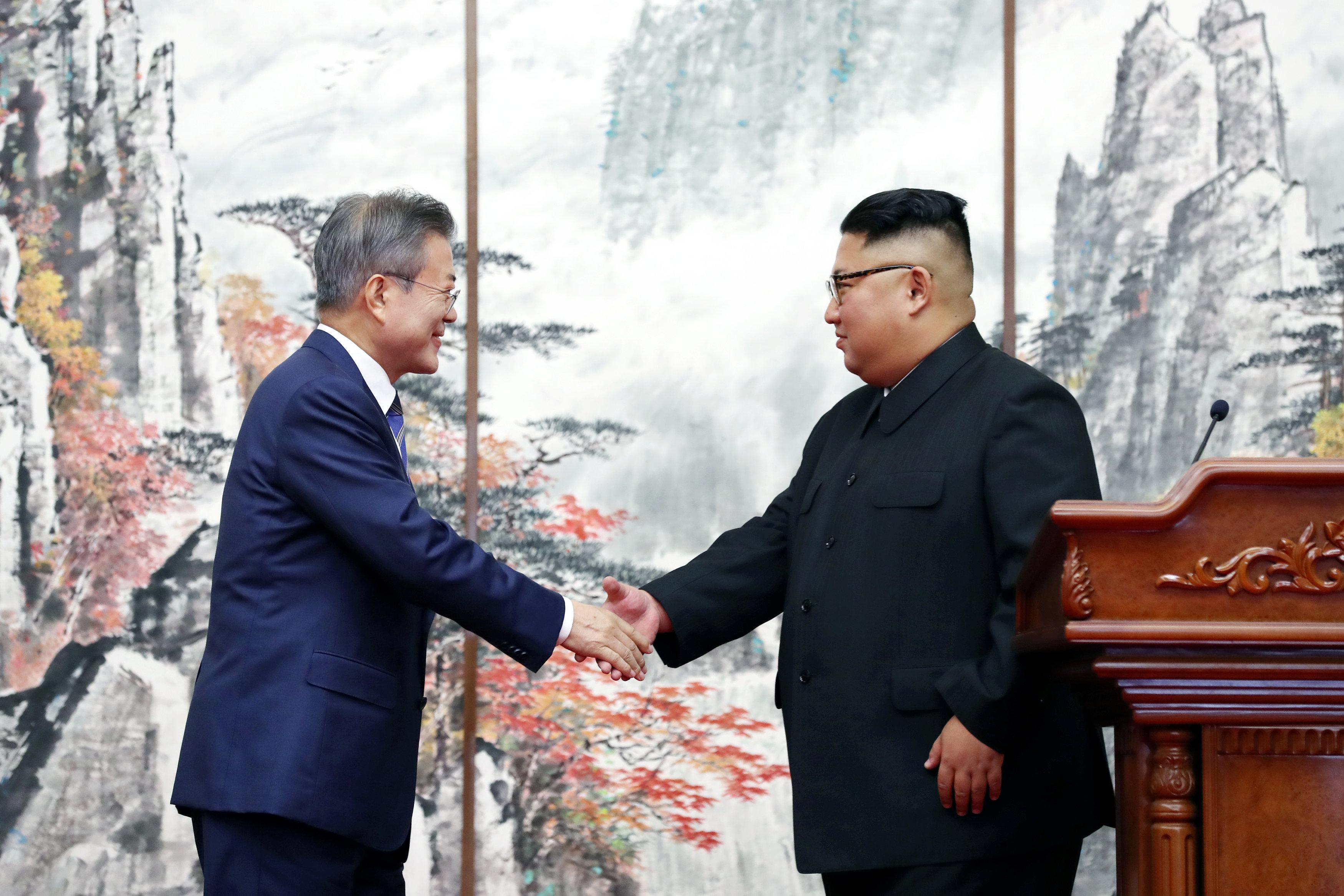 مصافحة بين زعيما الكوريتين على هامش المؤتمر الصحفى