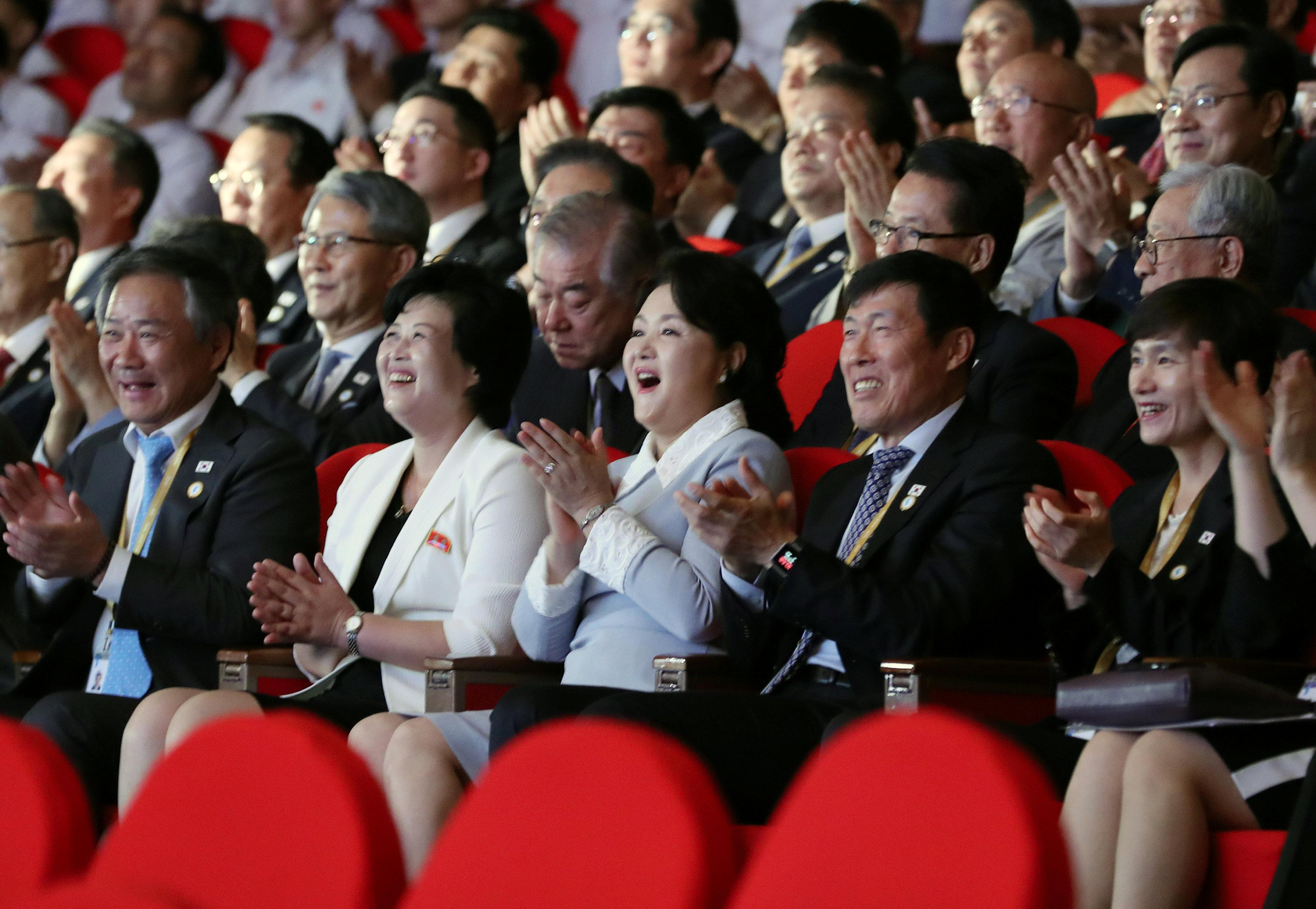 السيدة الأولى فى كوريا الشمالية برفقة نظيرتها الكورية الجنوبية