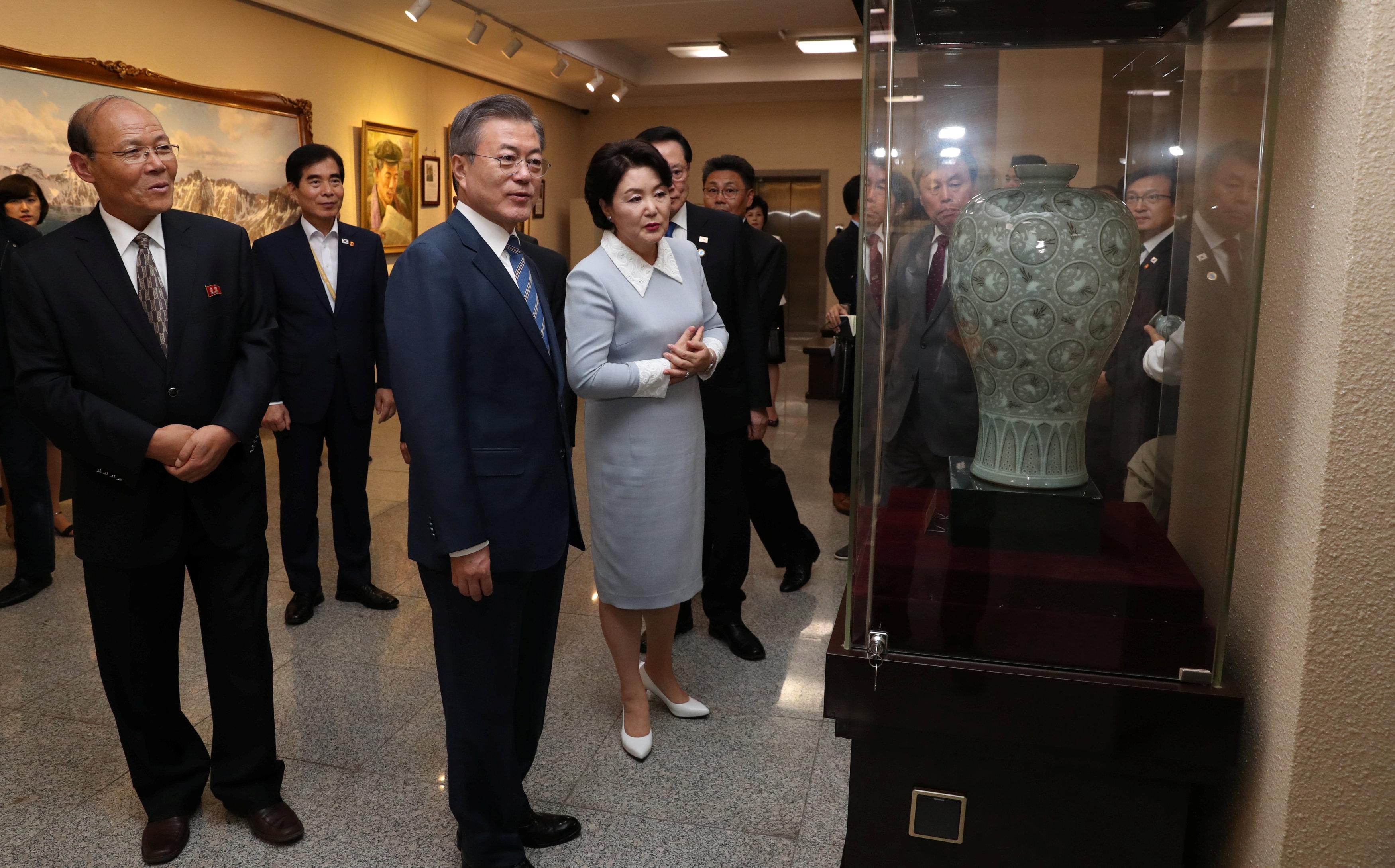 مون وزوجته فى زيارة لأحد المعارض الفنية ببيونج يانج