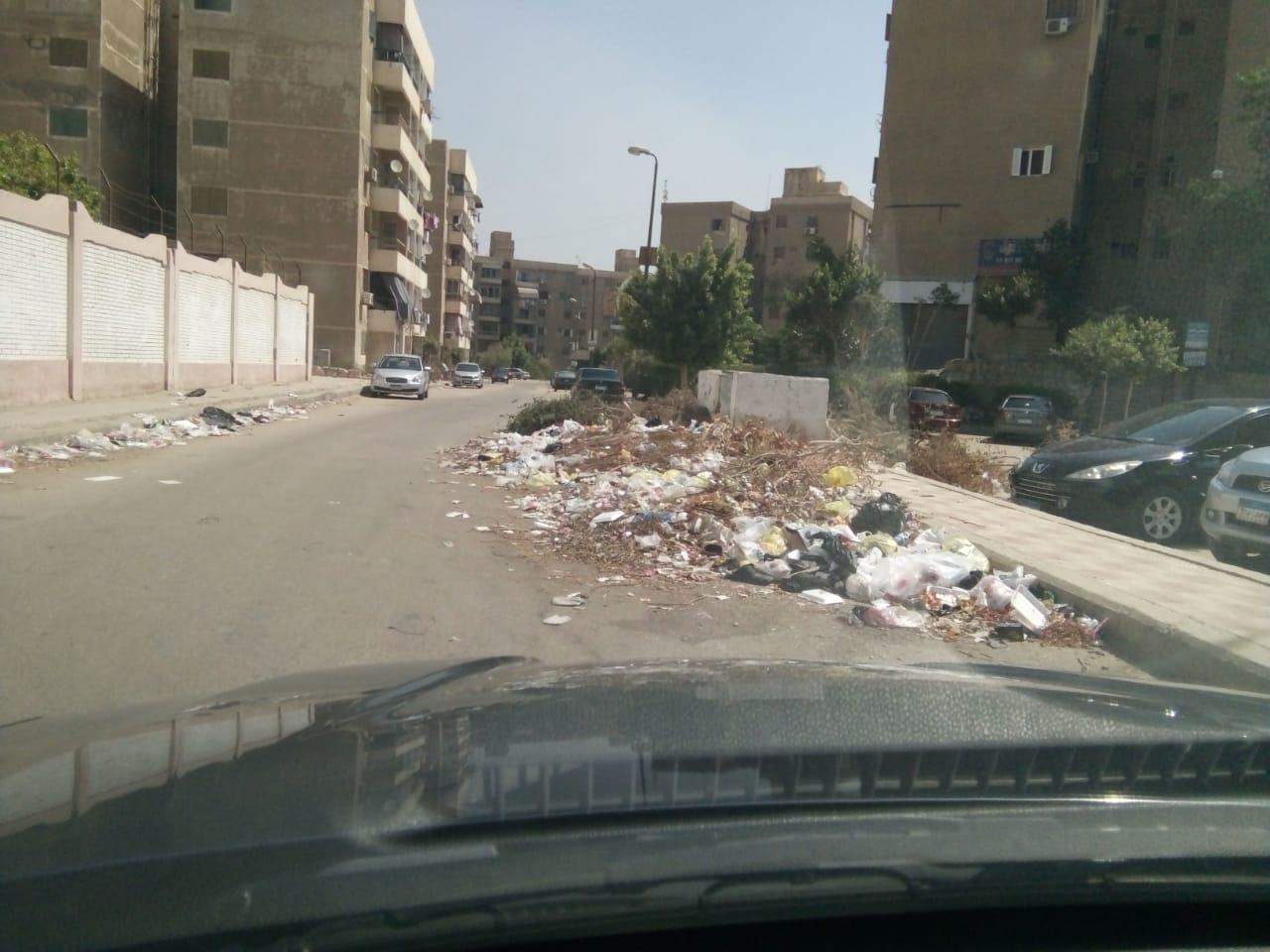 تراكم القمامة بالشارع بعد إزالة صناديق القمامة
